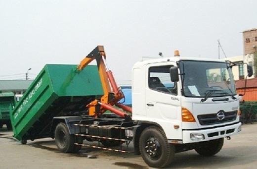 xe chở rác thùng rời hooklift đóng trên nền xe tải hino FG có khối lượng rác chuyên chở theo thiết kế 7 tấn tương đương với 14 khối rác sinh hoạt