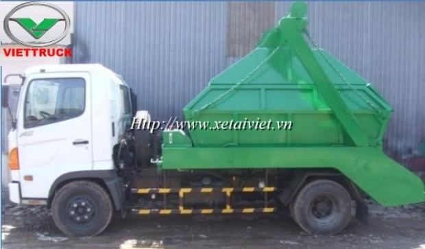 xe chở bùn hino FC sử dụng cơ cấu tay quay nâng hạ thùng hàng dung tích thùng chứa bùn 4 khối, 5 khối hoặc 6 khối là có thể sử dụng, 1 xe chở bùn 4 khối hino fc có thể đi kèm với 10 thùng chứa bùn
