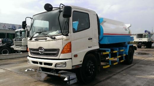 Xe phun nước rửa đường hino FG dung tích bồn 9m3 là sản phẩm xe chuyên dụng môi trường với chức năng chính là phun rửa đường, tưới cây, tưới đường, cứu hỏa...