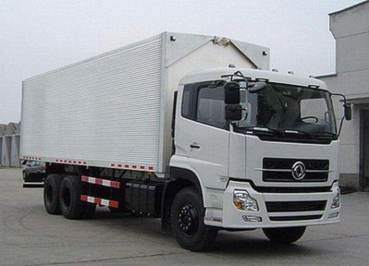Xe tải thùng kín đóng trên xe 3 chân dongfeng C260