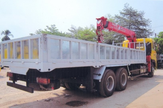 thùng xe tải gắn cẩu chắc chắn nót sàn gỗ